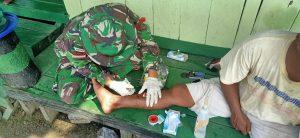 Satgas Yonif 403/WP Bantu Obati Warga Yang Terluka Akibat Terkena Lontaran Batu Kerikil di Perbatasan RI-PNG