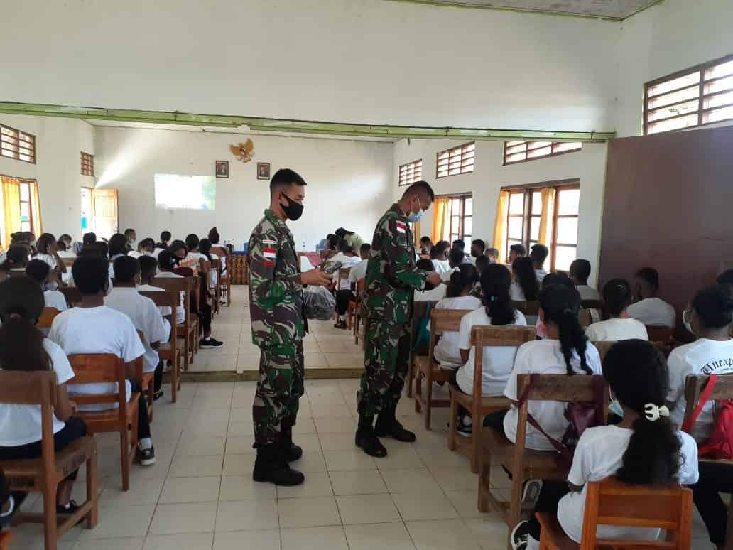 Cegah Penyebaran Virus Corona di Sekolah, Danpos Satgas Yonif 742/SWY Berikan Penyuluhan Covid-19