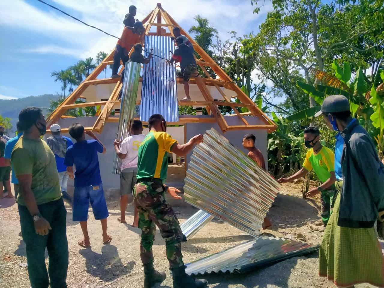 Satgas Pamtas Yonarmed 6/3 Kostrad Bersama Masyarakat Lakukan Pengecoran Bak Sumur Hydram