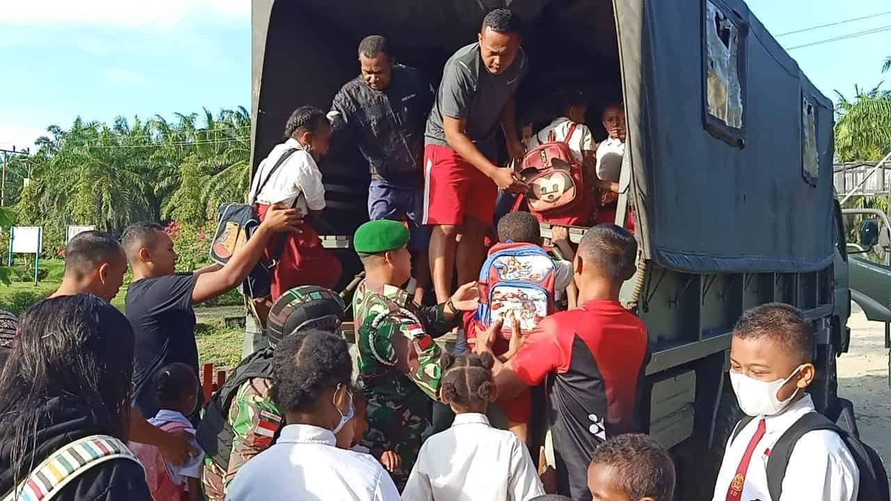 Aksi Nyata TNI, Satgas Pamtas Yonif 403/WP Bantu Transportasi Sekolah Anak-anak di Wilayah Perbatasan