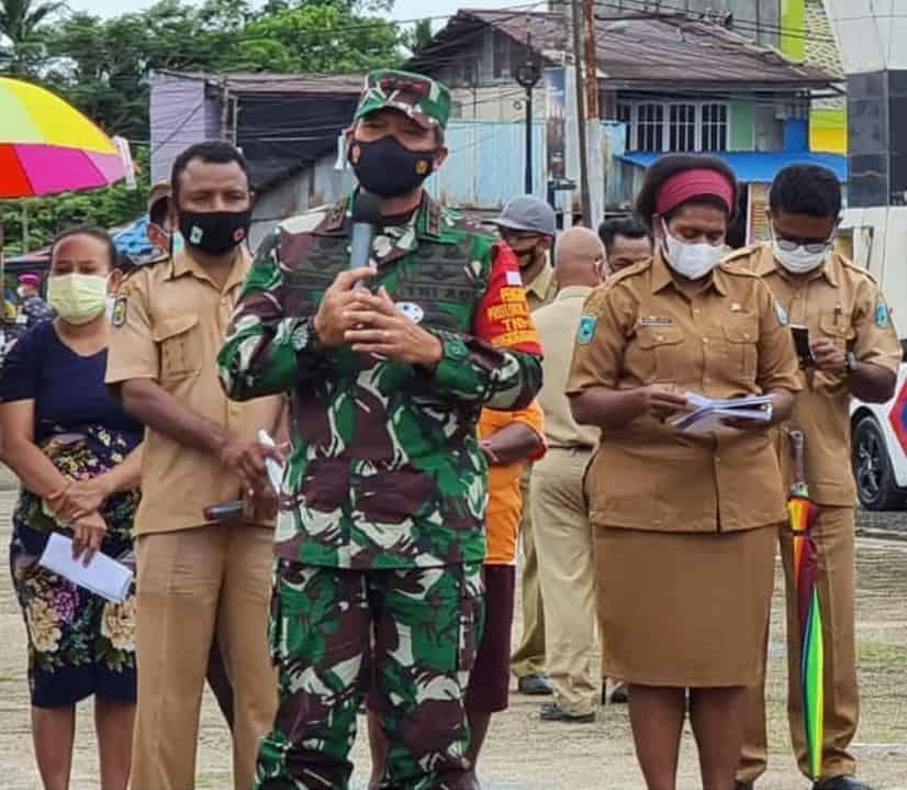 Pangdam XVIII/Kasuari Bersama Forkopimda Provinsi Papua Barat Tinjau Serbuan Vaksin dan Serahkan Hewan Kurban