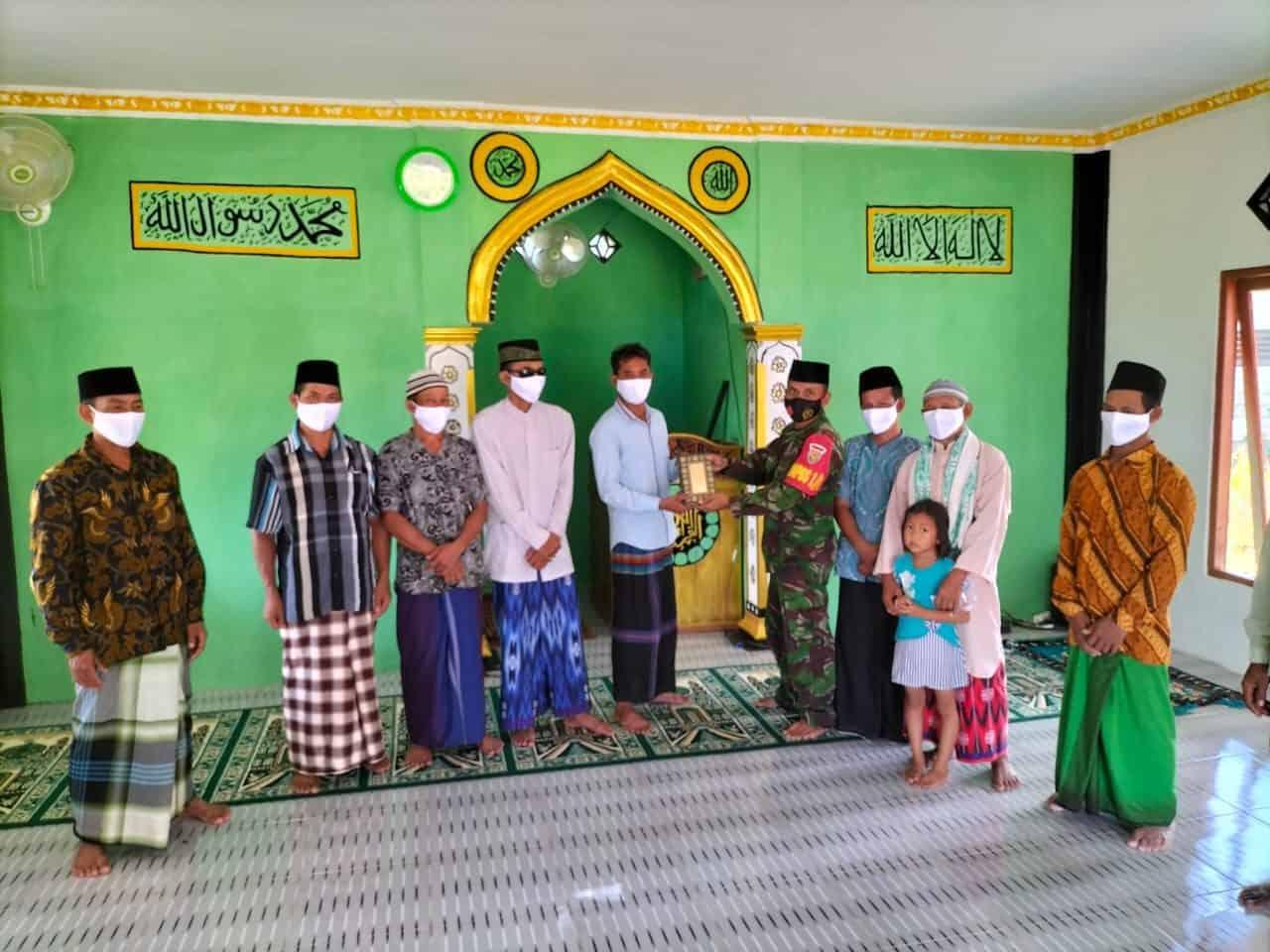Satgas Yonif 144/JY Berikan Bantuan Al Qur'an Kepada Musholla Al Karim