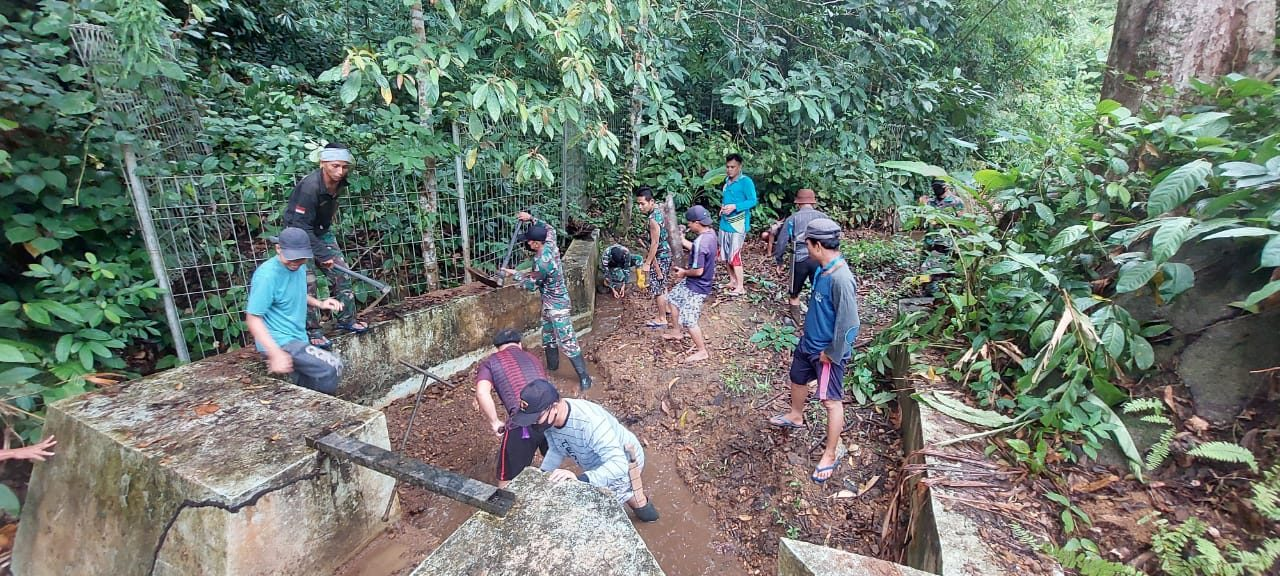 Satgas Pamtas Yonif Mekanis 643/Wns Bersama Warga Dusun Aruk Bersihkan Bendungan Sumber Mata Air