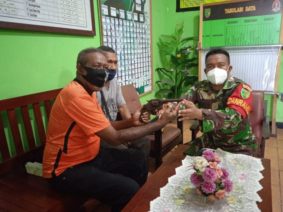 Aparat TNI Terima 1 Pucuk Senjata Api Revolver Dari Warga Biak