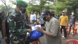 Danrem 061/SK Berikan Bantuan Kepada Penggali Makam Covid-19 di Wilayah Bogor