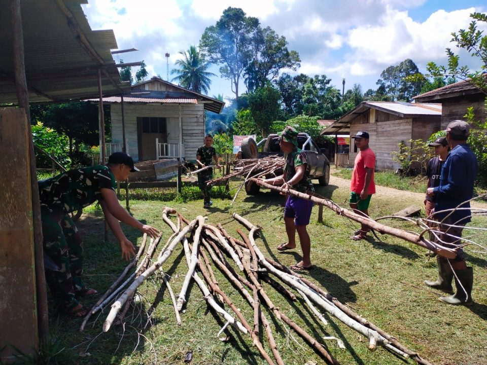 Anggota satgas Yonif 144/JY Gelar Karya Bakti di Masjid Nurul Huda Desa Nanga Bayan