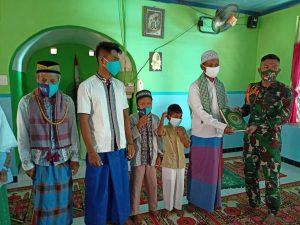 Satgas Pamtas Yonarmed 6/3 Kostrad Bagikan Daging Kurban dan Al-Quran Kepada Masyarakat Perbatasan