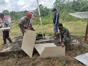Anggota Satgas Pamtas Yonif 144/JY Bantu Pembenahan Sarana SMPN 03 Desa Seriang