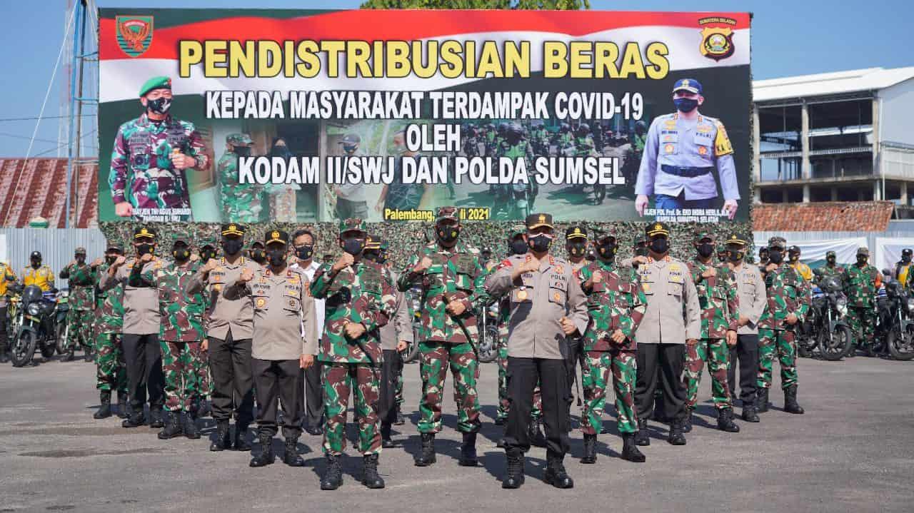 Kodam II/Sriwijaya dan Polda Sumsel Distribusikan Paket Sembako Kepada Warga Terdampak Covid-19