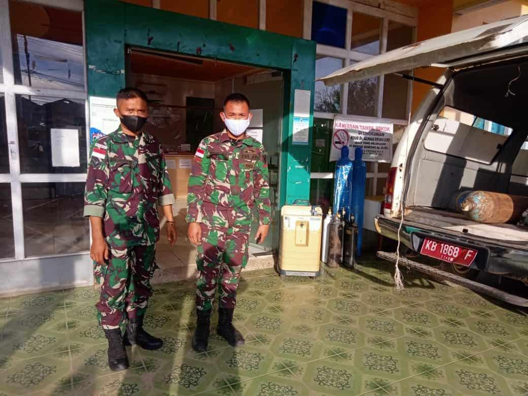 Personel Satgas Yonif 144/JY Bantu Pendistribusian Oksigen ke Rumah Sakit di Perbatasan