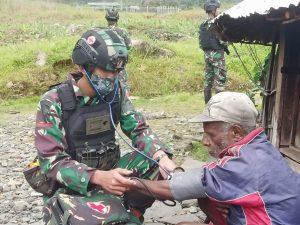 Personel Satgas Yonif 512/DY Berikan Layanan Kesehatan Warga Puncak Jaya