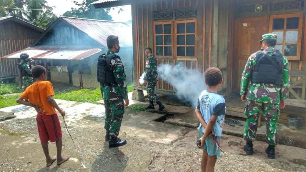 Cegah Timbulnya Bibit Penyakit, Satgas Yonif 512/QY Lakukan Fogging Rumah Warga Perbatasan Papua