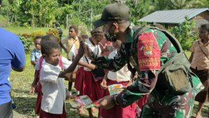 Peringati Hari Anak Nasional, TNI Bagikan Seragam Sekolah dan Sarana Belajar Kepada Siswa SD Inpres di Papua