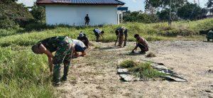 Jelang Hari Jadi Batalyon, Satgas Pamtas Yonif 403/WP Sulap Padang Rumput Jadi Sarana Olahraga Masyarakat di Wilayah Perbatasan