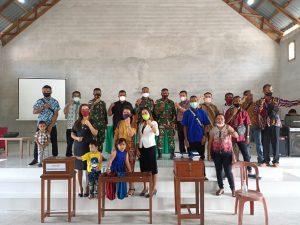 Satgas Yonif 144/JY Berikan Bantuan Masker dan Alkitab di Gereja GKE dan Gereja Nafiri Batas Negeri