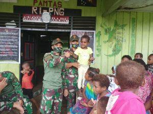 Berbagi Kasih Di Tengah Pandemi, TNI Bagikan Perlengkapan Sekolah dan Pakaian Layak Pakai di Perbatasan