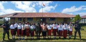 Jelang Hari Jadi Batalyon, Satgas Pamtas Yonif 403/WP Bagikan Seragam dan Beri Motivasi Siswa Baru SMP N 1 Senggi di Wilayah Perbatasan RI-PNG