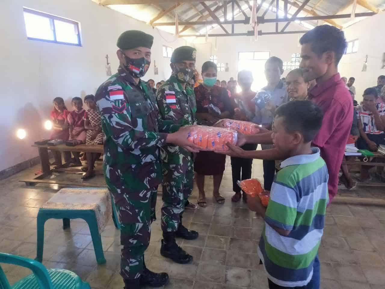 Satgas Pamtas Yonarmed 6/3 Kostrad Bagikan Masker untuk Cegah Covid-19 di Perbatasan RI-RDTL