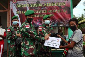 Satgas Yonif 403/WP Sosialisasikan Prokes dan Bagikan Sembako Kepada Warga Perbatasan