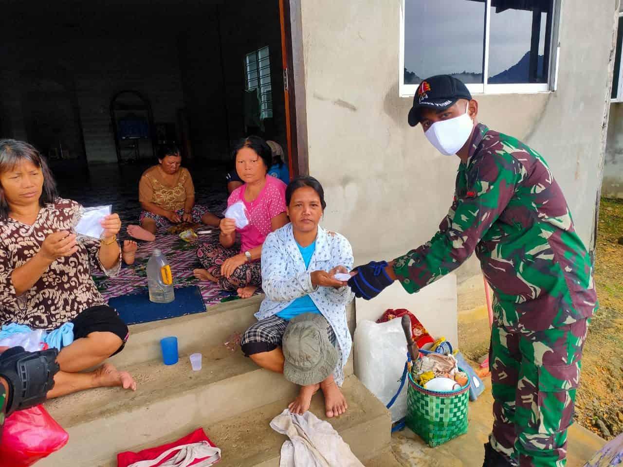 Sosialisasikan Protokol Kesehatan, Satgas Yonif 144/JY Bantu Pelaksanaan Posyandu di Sei Beruang