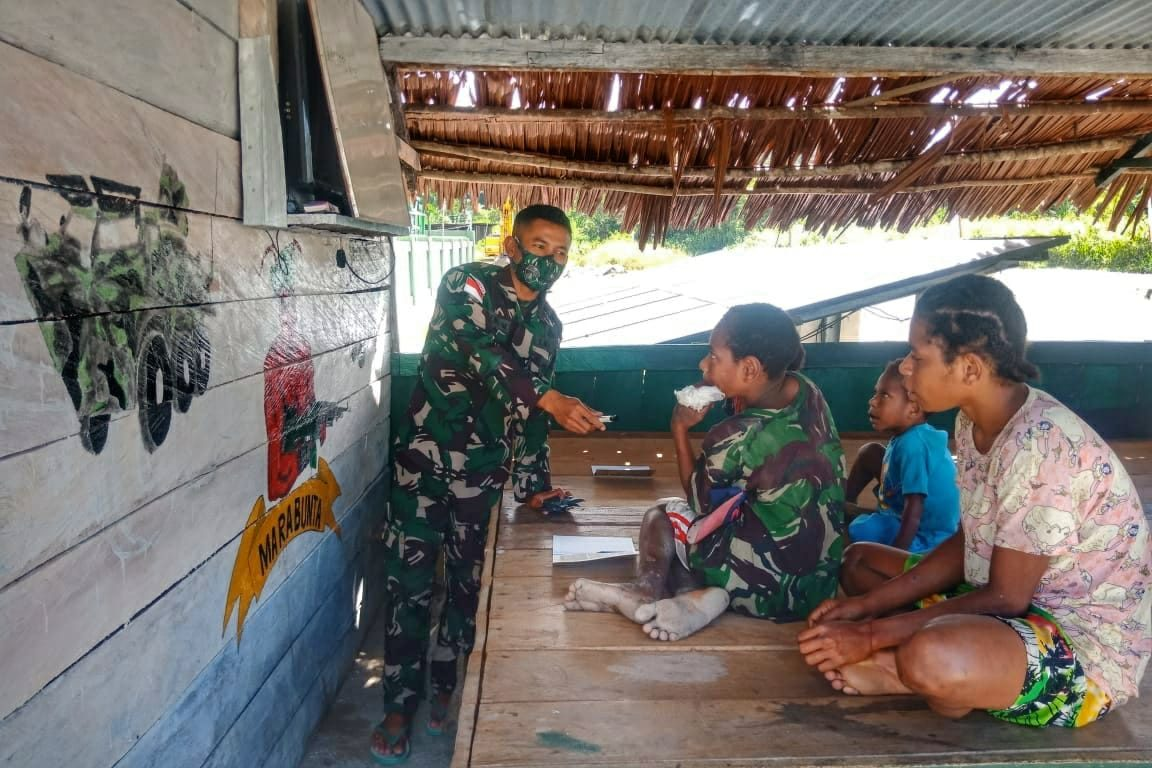 Sambil Sosialisasikan Prokes, Personel Satgas Yonif 512/QY Belajar Bersama Anak-anak Papua