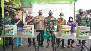 Pangdam II/Sriwijaya Bersama Kapolda Sumsel Distribusikan Bansos Kepada Warga Terdampak Covid – 19