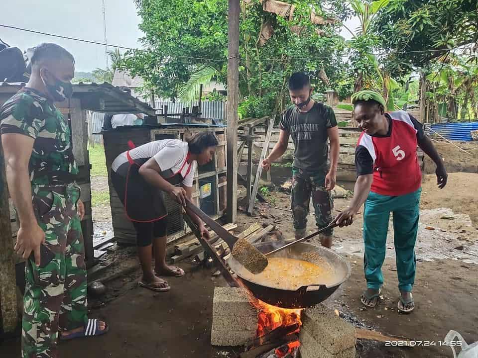 TNI Ajarkan Mama-Mama Papua Cara Memasak Rendang Khas Minang