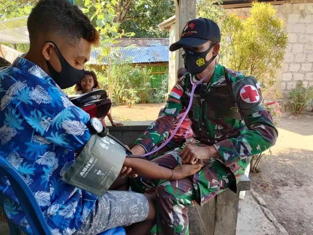 Satgas Pamtas Yonarmed 6/3 Kostrad Door To Door Beri Layanan Kesehatan dan Imbau Warga Patuhi Prokes