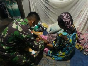 Door to Door, Personel Kesehatan Satgas Yonif 144/JY Periksa Kesehatan Warga dan Sosialisasi Prokes