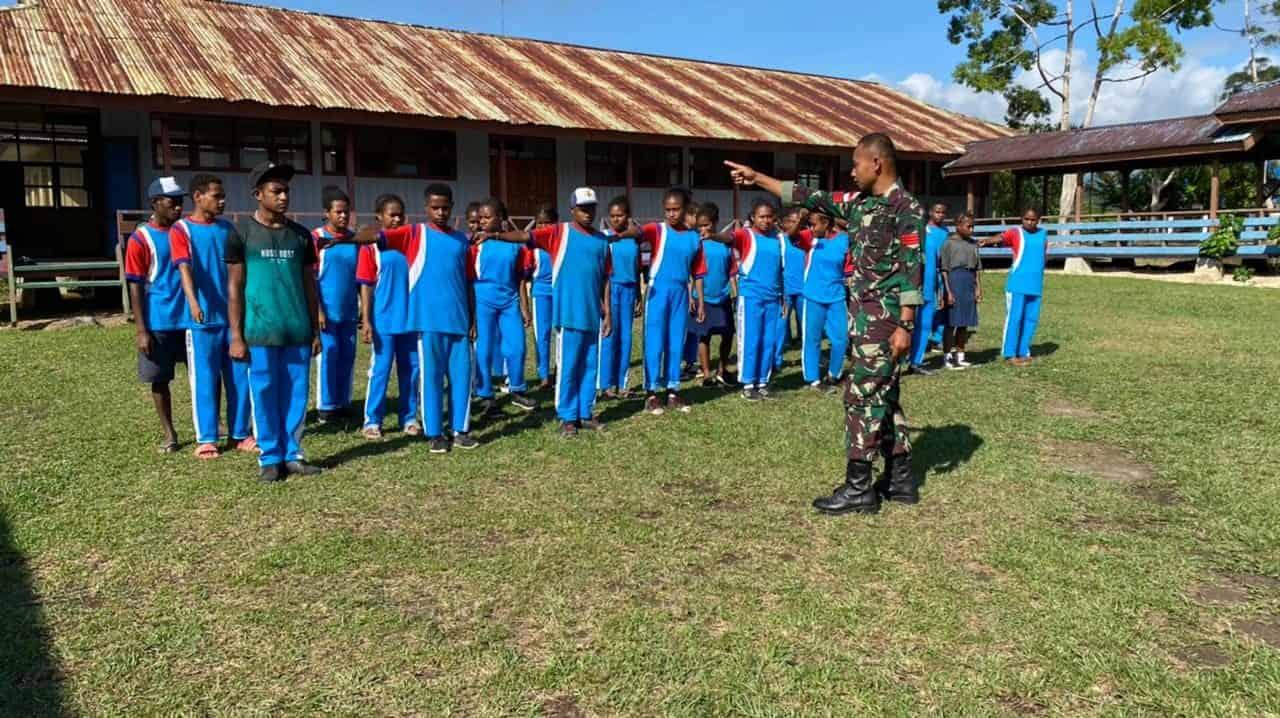 Peduli Pendidikan, Personel Satgas Pamtas Yonif 742/SWY Bantu Mengajar di Sekolah