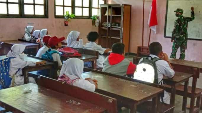 Jadi Guru Bantu, Personel Satgas Yonif 512/QY Ajak Anak-anak Perbatasan Papua Patuhi Protokol Kesehatan