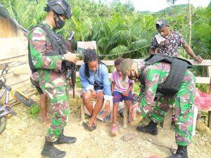 TNI Bagikan Pakaian dan Sepatu di Kampung Nyamuk Abepura, Papua