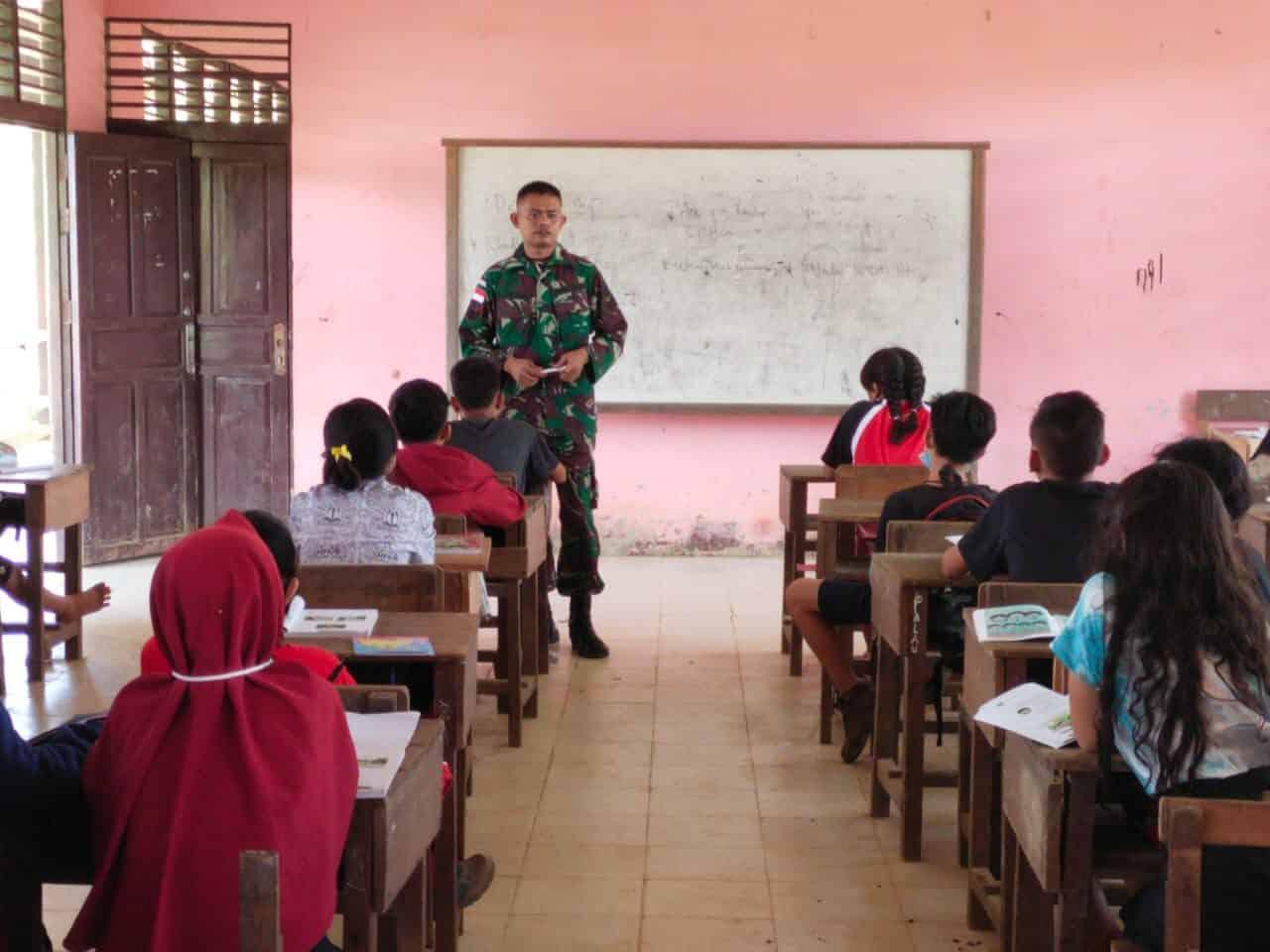 Serka Rakjab Mengajar Bahasa Inggris di SMPN 04 di Batas Negeri dan Sosialisasikan Prokes Covid – 19
