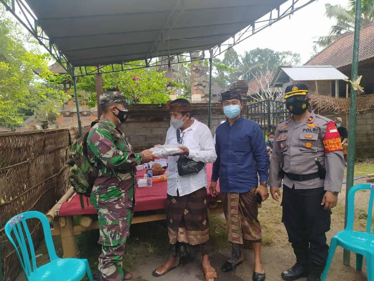 Pantau Upacara Ngaben, Danramil 1616-01/Gianyar Ingatkan Prokes dan Bagikan Masker
