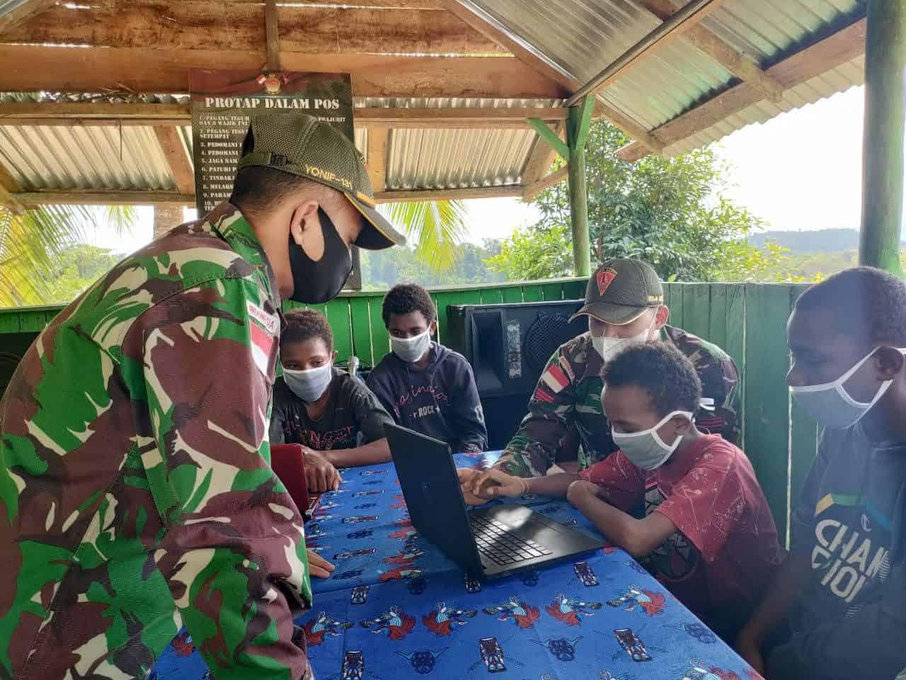 Tingkatkan Pengetahuan Anak Perbatasan, TNI Ajarkan Pengetahuan Komputer di Papua