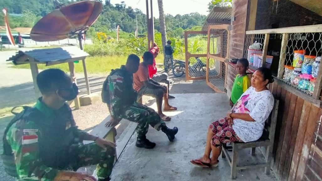 Pererat Tali Persaudaraan, Satgas Yonif 512/QY Sosialisasikan Prokes Kepada Warga di Perbatasan Papua