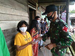 Sosialisasikan Prokes dan Pembagian Masker Satgas Yonif 144/JY di Perbatasan