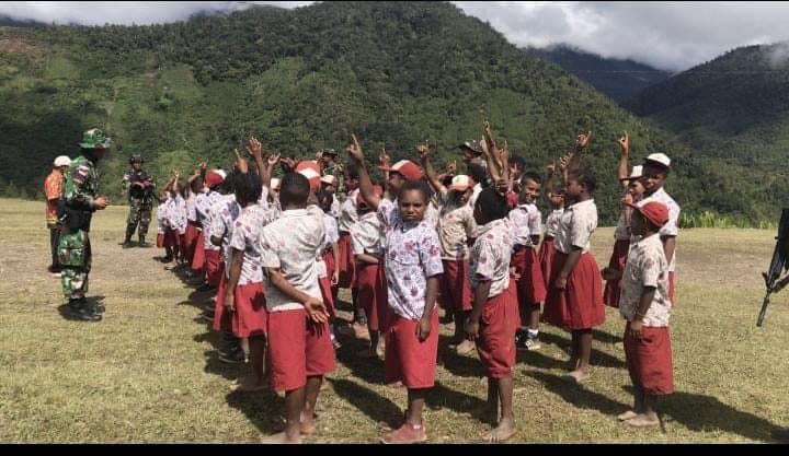Jelang Hari Jadi Satuan, Satgas Pamtas Yonif 403/WP Ajarkan Pola Hidup Sehat dan Prokes Pelajar SD Perbatasan RI-PNG