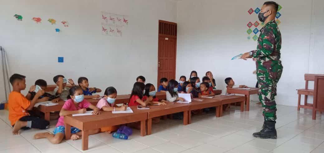 Satgas Yonif Mekanis 643/WNS Bantu Kesulitan Belajar Anak-Anak Perbatasan Di Tengah Situasi Pandemi Covid-19