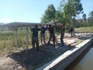 Personel Pos Satgas Yonif 742/SWY Bantu Warga Perbatasan Pasang Pipa Air Bersih