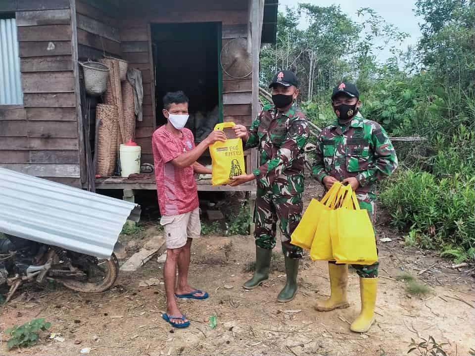 Bantu Warga Terdampak Covid-19, Satgas Yonif 144/JY Berikan Bantuan Sembako