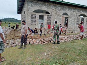Satgas Yonif 734/SNS Pos Alang Saode Kerja Bakti Pembuatan Pondasi Masjid