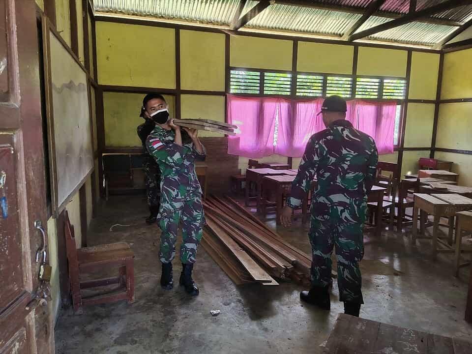 Sambut KBM Tatap Muka, Satgas Yonif Mekanis 643/WNS Bersihkan Sekolah di Perbatasan