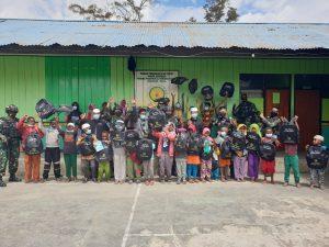 Wujud Rasa Syukur, Satgas Yonif 751/VJS Berikan Bantuan Perlengkapan Sekolah di Pegunungan Tengah