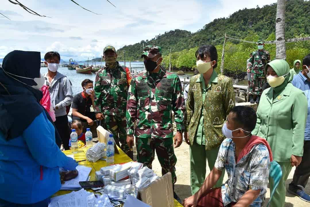 Tinjau Vaksinasi di Pulau Terpencil, Danrem 023/KS Bantu Sembako dan Perlengkapan Sekolah