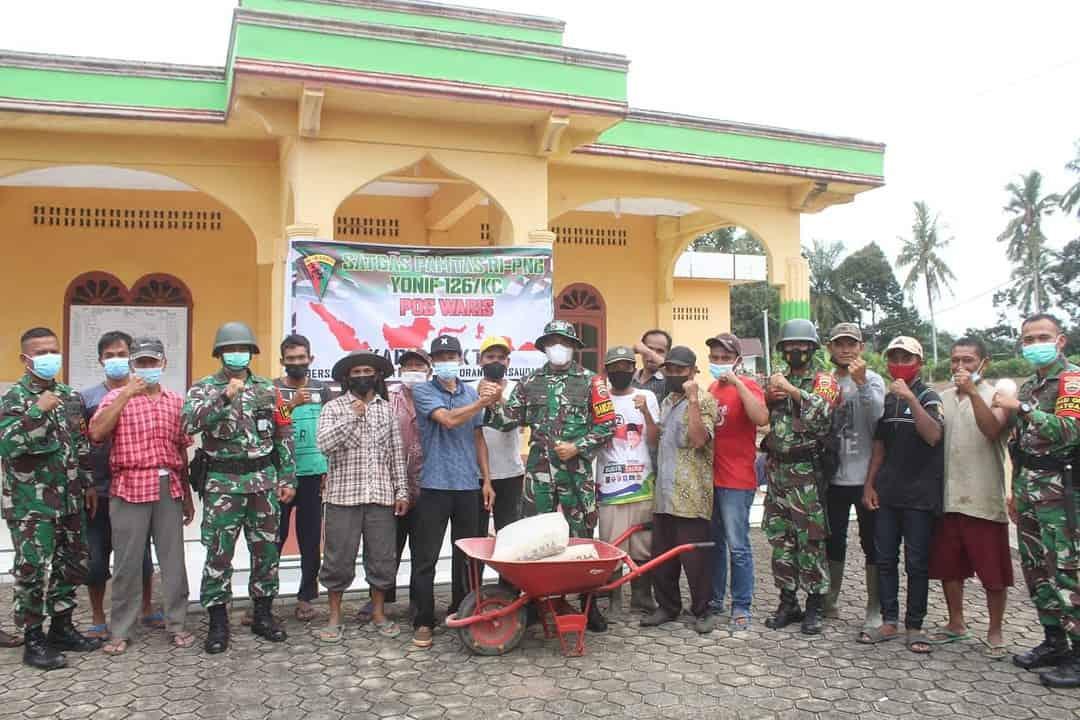 Tanggap Pada Kesulitan Masyarakat, Danyonif 126/KC Berikan Bantuan Perbaikan Masjid dan Paket Sembako