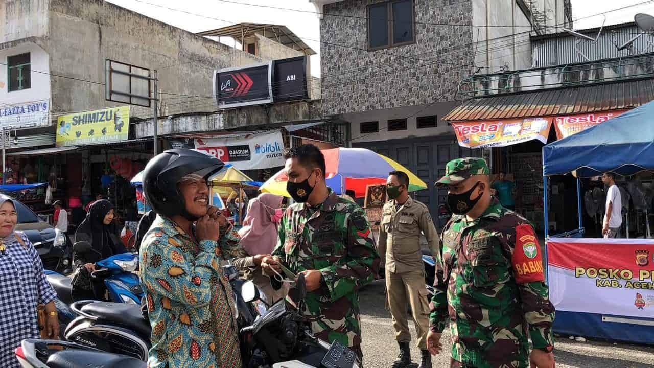 Sosialisasikan Disiplin Prokes, TNI Polri dan Petugas Gabungan di Abdya Kembali Bagi Masker Gratis di Pasar