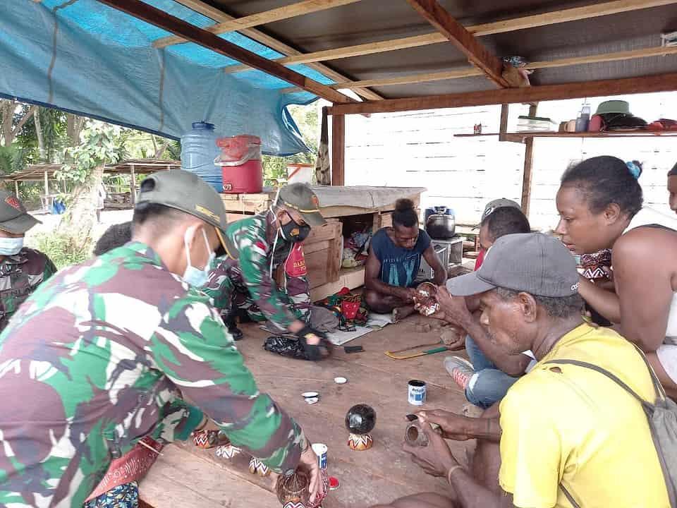 Manfaatkan Potensi Alam, TNI Ajarkan Pembuatan Batok Kelapa Jadi Celengan Hias di Kampung Mosso Papua