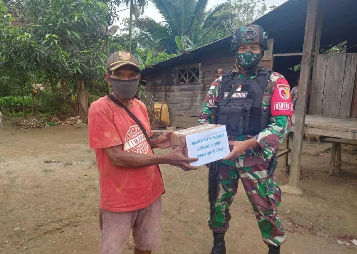 Satgas Yonif 512/QY Berbagi Kasih Dengan Masyarakat Perbatasan di Tengah Pandemi Covid-19