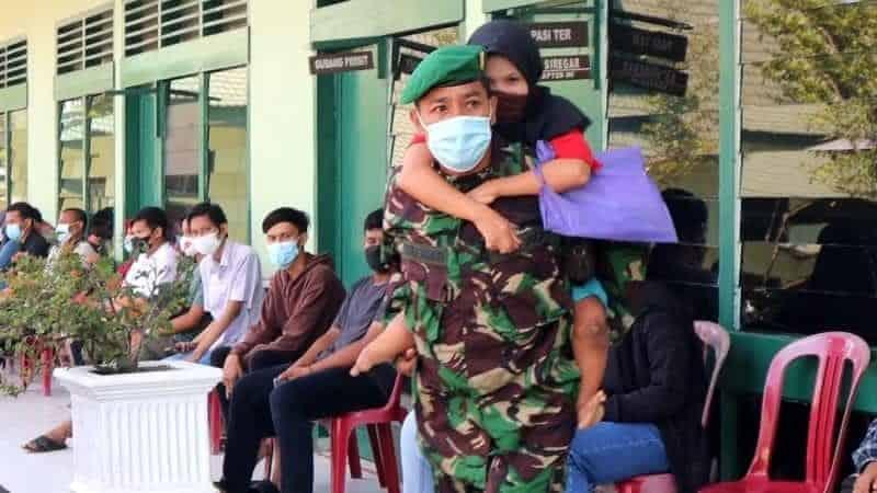 Pelda Indra Mukri, Babinsa Kodim 0314/Inhil Gendong Warga Disabilitas Vaksinasi Covid -19